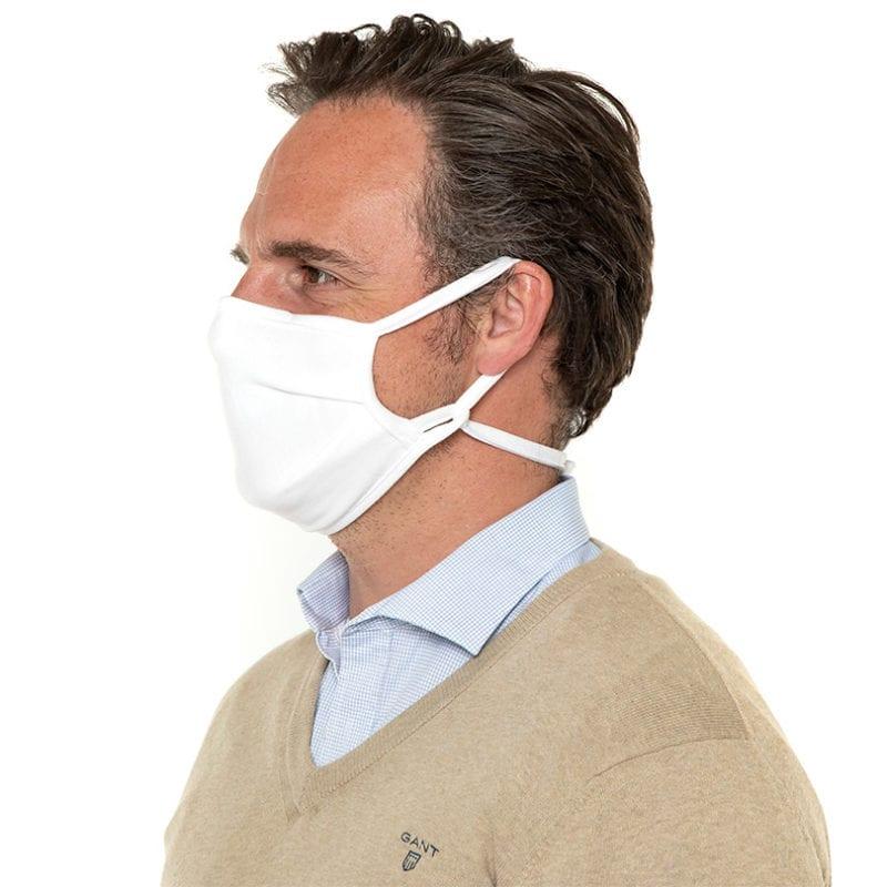 man draagt mondkapje